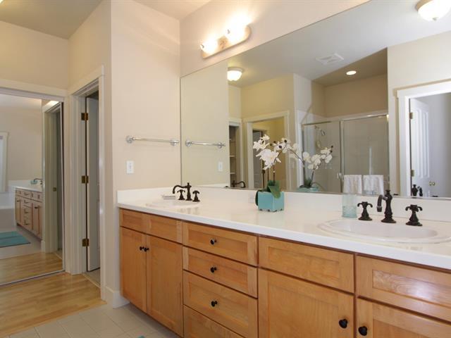 017_master-bathroom