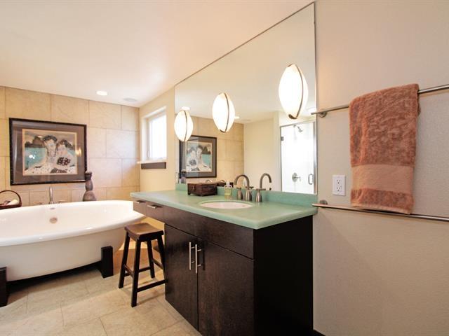 019_master-bathroom